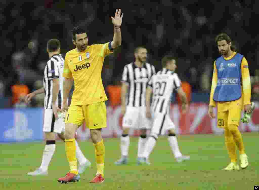 Le gardien de but de la Juventus Gianluigi Buffon salue la foule après avoir perdu le dernier match de football de la Ligue des champions entre la Juventus Turin et le FC Barcelone au stade olympique de Berlin, le 6 juin 2015.