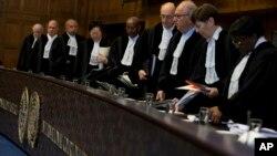Para hakim memasuki ruang Persidangan Dunia PBB di Den Haag, Belanda, untuk membacakan keputusan terkait permintaan Bolivia agar para hakim memerintahkan Chile untuk mulai menegosiasikan akses ke Samudra Pasifik untuk Bolivia, 1 Oktober 2018.
