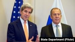 美国国务卿克里(左)与俄罗斯外长拉夫罗夫在日内瓦召开的一个记者会上回答问题。(2016年9月9日)