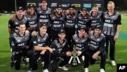 نیوزی لینڈ کی ٹیم بھارت کے خلاف ٹی 20 جیتنے کے بعد ہملٹن کے سیڈم پارک اسٹیڈیم میں ٹرافی کے ساتھ۔ 10 فروری 2019