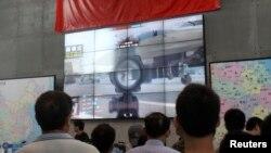 지난달 25일 중국 상하이 게임 박람회에서 방문객들이 '광명사명' 게임 영상을 보고 있다.