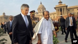 Indian Defense Minister A.K. Antony (C) walks with Australian counterpart Stephen Smith (L) before a meeting in New Delhi, India, December 2011. (file photo)