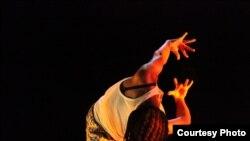 """Adegan dari """"Samedi Détente,"""" yang tampil pada 14-17 Januari di New York Public Theater. (Laura Fouqueré courtesy photo)"""