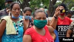 5月2日,發生新型冠狀病毒疫情的委內瑞拉瓜納雷洛斯拉諾斯監獄外一些在押人員的親屬舉行抗議。