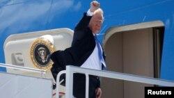 도널드 트럼프 대통령이 9일 캐나다 퀘벡 주의 공군기지에서 싱가포르로 향하는 에어포스원에 오르고 있다.