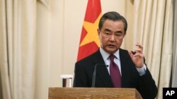 왕이 중국 외교부장.