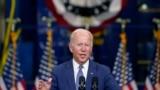 조 바이든 미국 대통령이 25일 뉴저지주 키어니에서 복지 지출 계획을 비롯한 '더 나은 재건(Build Back Better)' 구상에 관해 연설하고 있다.