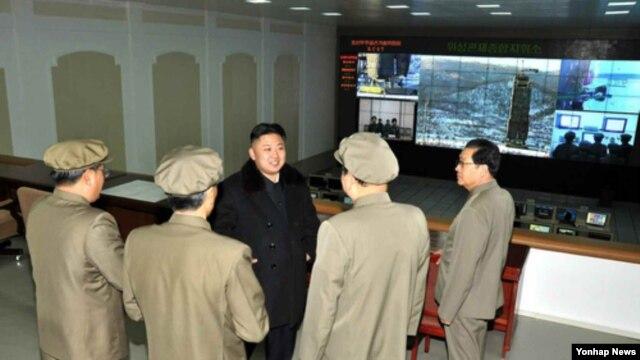 12일 장거리 로켓 `은하 3호' 발사 직전 위성관제종합지휘소를 찾은 김정은 북한 국방위원회 제1위원장(가운데).