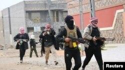 Pejuang adat diturunkan ke jalan, berpatroli di kota Falluja, 50 km barat Baghdad 5 Januari 2014.