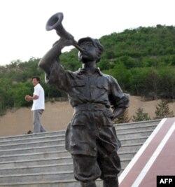 红军战士吹军号雕塑