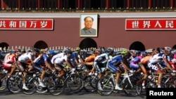 Para peserta lomba sepeda Tour of Beijing 2012 melewati portret mantan pemimpin Tiongkok Mao Zedong di Alun-Alun Tiananmen. (Foto: Dok)