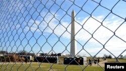 El Monumento a Washington ha sido rodeado por una ceca de seguridad en preparación para la toma de posesión del presidente electo Donald Trump, que tendrá lugar el viernes, 20 de enero, de 2017.