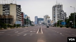 One of Kinshasa's main streets, the Boulevard du 30 juin, was usually empty of traffic at 11:00am Wednesday. (E.Iob/VOA)
