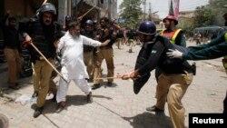 Polisi Pakistan menangkap pengikut ulama Tahir-ul Qadri di Lahore (17/6).