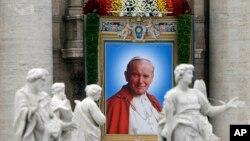 تصویر پاپ ژان پل دوم رهبر فقید کاتولیک های جهان در کلیسای سنت پیتر در واتیکان