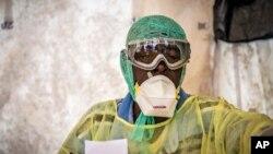 Umuganga ariko asuzuma Ebola muri Sierra Leone.