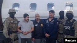 Efrain Antonio Campo Flores (segundo desde la izq.) and Franqui Fancisco Flores de Freitas (tercero desde la derecha), el día de su arresto el 12 de noviembre de 2015 en Puerto Príncipe, Haití.