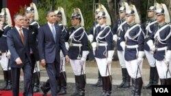 El presidente de Portugal, Aníbal Cavaco Silva, recibe al presidente Barack Obama a su arribo a Lisboa.