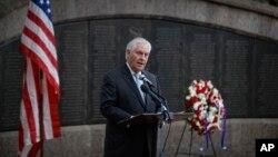 Rex Tillerson, secrétaire d'État américain, donne un discours devant le mémorial de l'attaque de l'ambassade américaine à Nairobi, Kenya, le 11 mars 2018.