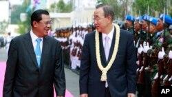 លោក បាន គីមូន (Ban Ki-moon) អគ្គលេខាធិការអ.ស.ប.ក្នុងអំឡុងទស្សនកិច្ចនៅកម្ពុជាកាលពីឆ្នាំ២០១០។