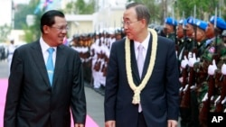 U.N. Secretary-General Ban Ki-moon, center, talks with Cambodia's Prime Minister Hun Sen, left, upon his arrival at Cambodian Council Of Minister in Phnom Penh, file photo.