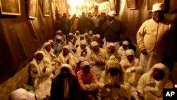 Para peziarah dari Nigeria berdoa di gereja Nativity kota Bethlehem di Tepi Barat, di malam Natal, 24 Desember 2013.