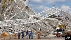 La enorme estructura de más de 500 toneladas cayó desde una grúa y provocó la muerte a dos trabajadores en el estadio.