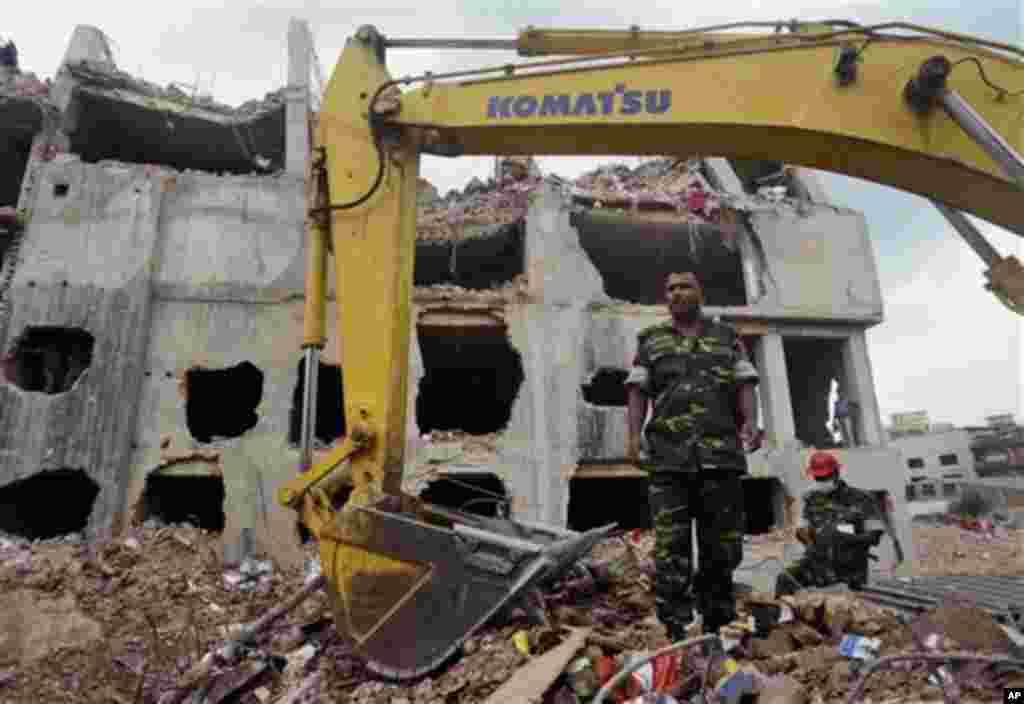 방글라데시 다카의 의류공장 붕괴 현장에서 10일 잔해 청소 작업 중인 군인.