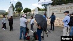 非国大全国执行委员会开会的酒店外等候的媒体