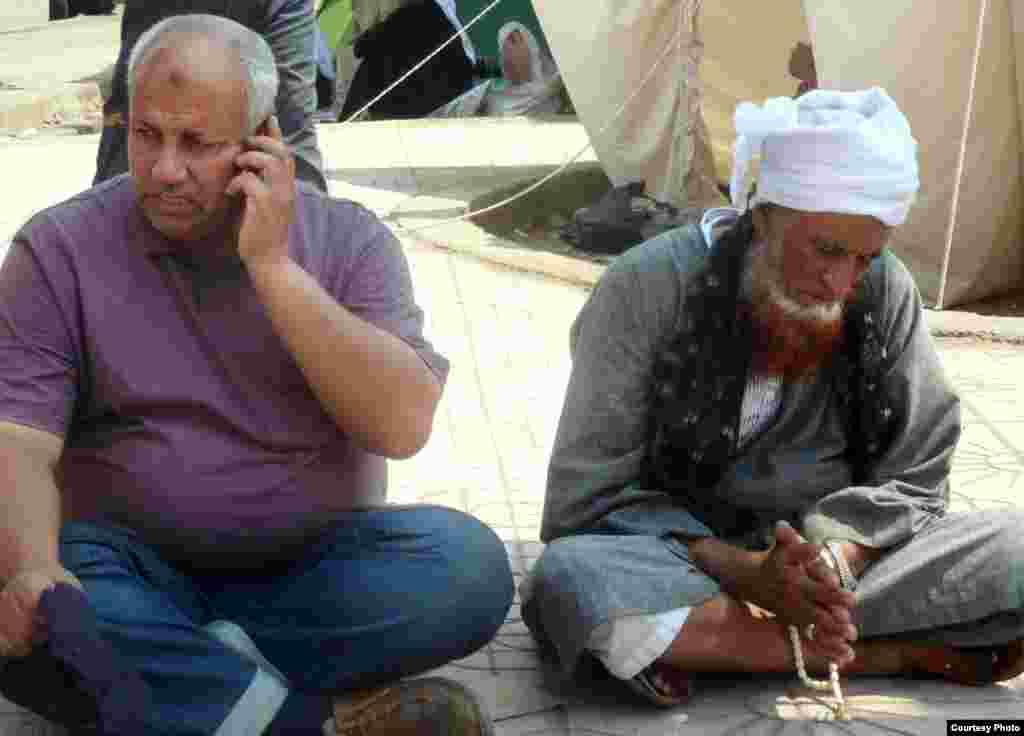 Partidarios de la Hermandad Musulmana sentados frente a la mezquita de Rabaa al-Adawiya en El Cairo el pasado 11 de julio. Foto: VOA/Sharon Behn