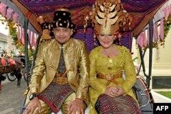 Bobby Nasution bersama istrinya, putri Presiden Joko Widodo, Kahiyang Ayu (kanan) menuju ke acara resepsi pernikahan mereka di Medan, Sumatra Utara, 26 November 2017. (Foto: Biro Setpres via AFP)