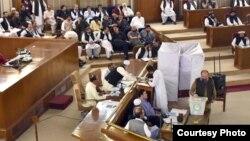 نامزد وزیرِ اعلیٰ جام کمال بلوچستان اسمبلی کے اسپیکر کے انتخاب کے دوران اپنا ووٹ ڈال رہے ہیں۔ (فائل فوٹو)
