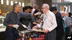 Prezidan Barack Obama ak premye dam Michelle Obama ak kèk fanmi ap sèvi manje espesyal, Thanksgiving nan ak moun ki abite nan kay manm Fòs Ame retrete yo nan Washington, 23 novanm, 2016.