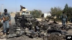 Lực lượng an ninh Afshanistan kiểm tra hiện trường vụ không kích của Hoa Kỳ ở thành phố Kunduz, phía bắc Kabul, Afghanistan, ngày 2 tháng 10 năm 2015.