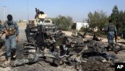 阿富汗軍人正在檢視由美軍實施空襲後的現場。