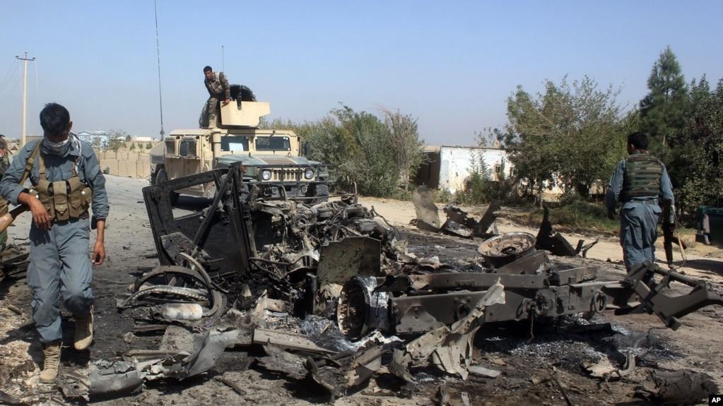 Архивное фото: афганские военные прибыли на место удара, нанесенного американской авиацией в районе Кундуза, Афганистан, 2 октября 2015 года.