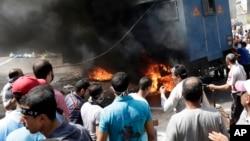 穆爾西支持者在國家安全部隊鎮壓示威現場推翻一部警車。