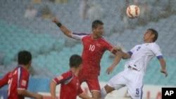 호주 멜버른에서 열리고 있는 2015 호주 아시안컵 축구대회에서 지난 10일 북한 선수가 우크베키스탄 선수와 공을 다투고 있다. (자료사진)