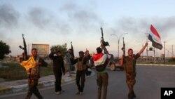 Lực lượng an ninh Iraq và lực lượng dân quân đồng minh Shia mừng chiến thắng Tikrit, 31/3/15