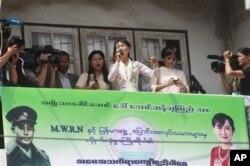 Pemimpin oposisi Burma Aung San Suu Kyi (tengah) berbicara di depan pekerja imigran Burma di provinsi Samut Sakhon, Thailand (30/5).