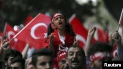 지난달 8일 터키 이스탄불에서 쿠르드노동자당(PKK)에 반대하는 시위대가 터키 국기를 들고 거리 행진을 하고 있다.