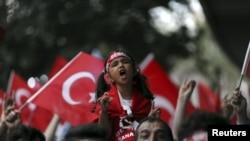 다국적군 지지자들이 터키 국기를 흔들며 쿠르드반군 불법단체 PKK의 공격에 항의하고 있다(자료 사진)