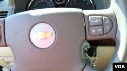 ພາບພວງມະໄລ ແລະກະແຈຕິດຈັກລົດ Chevrolet Cobalt ປີ 2005 ຂອງບໍລິສັດ General Motors.