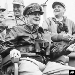麦克阿瑟将军1950年9月到达韩国时