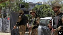 Sòlda pakistanè ki sou plas kote yon eksplozyon, jedi 23 fevriye 2017 la, touye 8 moun e blese 20 lòt. (Foto: AP/K.M. Chaudary)
