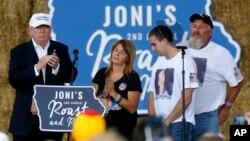 Ứng cử viên Đảng Cộng hòa Donald Trump cùng gia đình Sarah Root, người bị thiệt mạng trong vụ tai nạn do một người nhập cư bất hợp pháp say rượu gây ra, trong một sự kiện ở Des Moines, ngày 27 tháng 8 năm 2016.