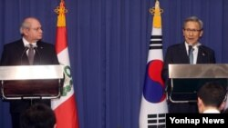 김관진 한국 국방장관(오른쪽)과 페드로 카테리아노 페루 국방장관이 27일 한국 국방부에서 공동 기자회견을 가지고 있다.