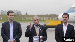 負責談判的哥倫比亞政府代表在機場講話