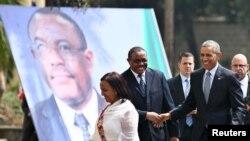 အီသီယိုပီးယား၀န္ႀကီးခ်ဳပ္ Hailemariam Desalegn (ဒု-၀ဲ) က အေမရိကန္သမၼတ Barack Obama ကို Addis Ababa ၿမိဳ႕နန္းေတာ္မွာ ႀကိဳဆိုႏႈတ္ဆက္စဥ္။ (ဇူလုိင္ ၂၇၊ ၂၀၁၅)
