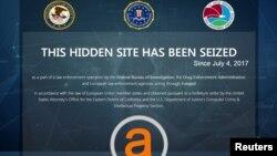 """Departemen Kehakiman AS di Washington menunjukkan gambar situs web gelap """"AlphaBay"""" yang ditutup oleh pemerintah AS. Situs web tersebut dituduh menjadi tempat jual-beli obat-obatan terlaran, senjata, alat-alat peretas komputer, dan barang-barang ilegal lainnya, 20 Juli 2017."""